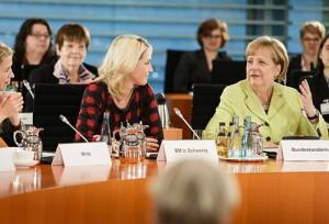 Bundesregierung hält an der Frauenquote fest: Bis 2016 mindestens 30 Prozent Frauen in Aufsichtsräten. Foto: Bundesregierung/Denzel