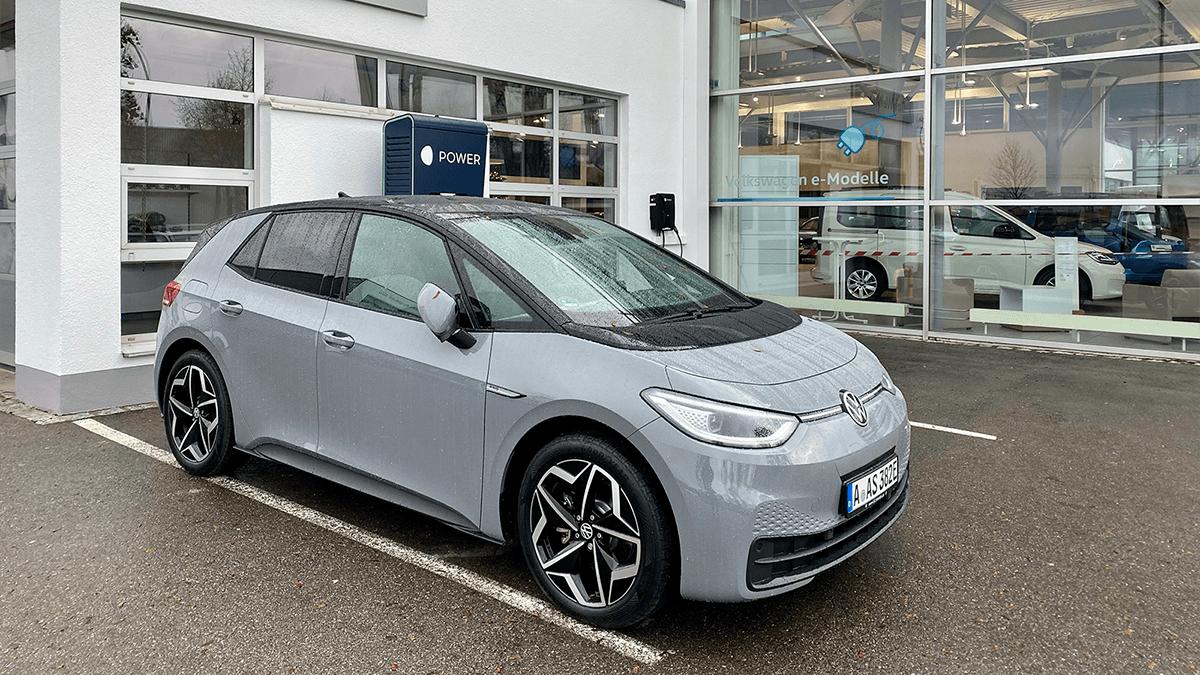 Der Elektro-VW id.3 lädt beim Autohaus Volkswagen in Augsburg.